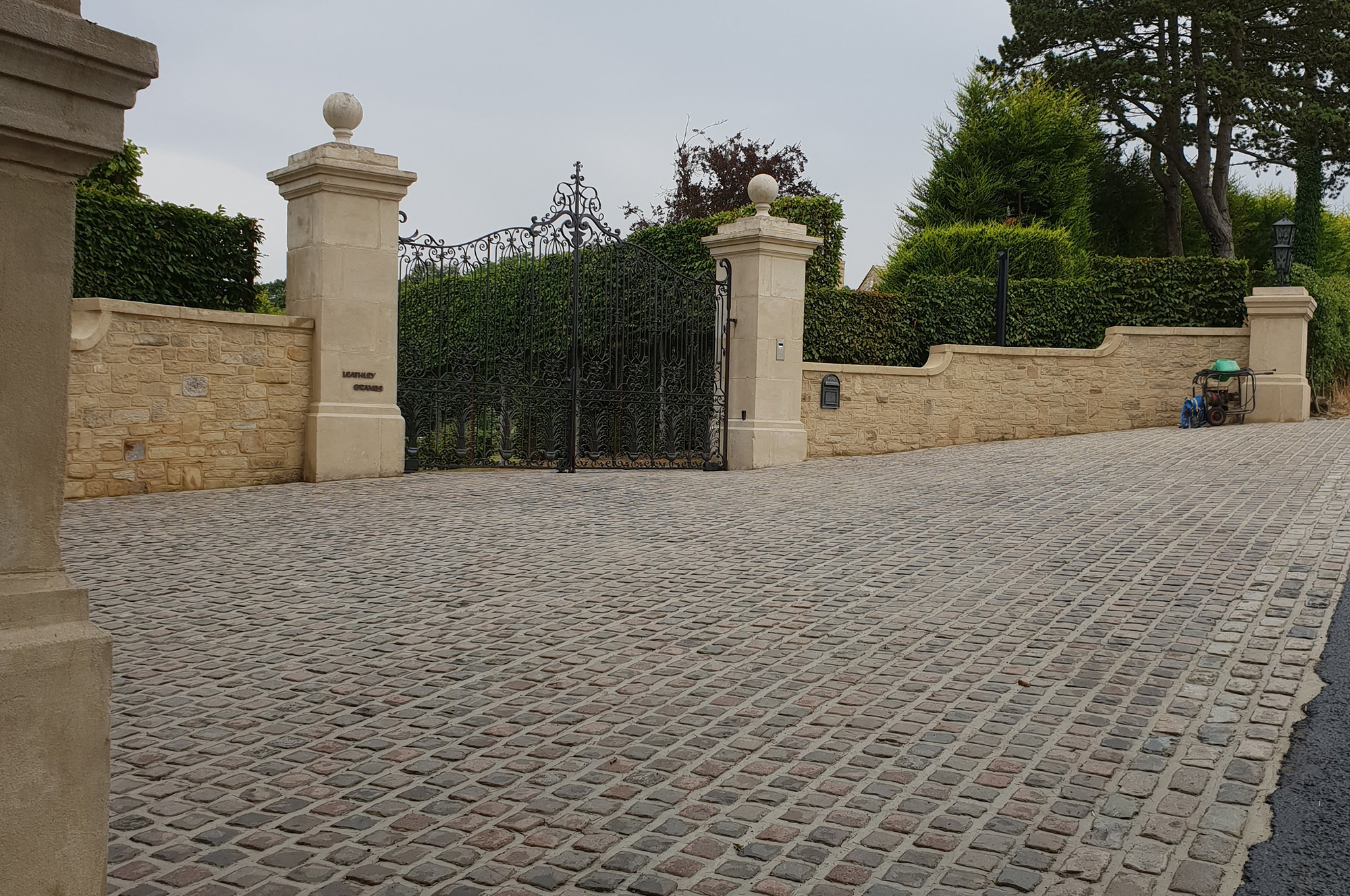 How Gates and Fences Can Finish Off Any Garden or Driveway?